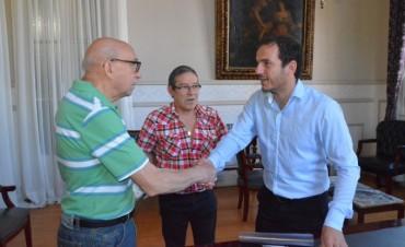 Abella entregó un subsidio al Centro de Jubilados de la calle Pueyrredón