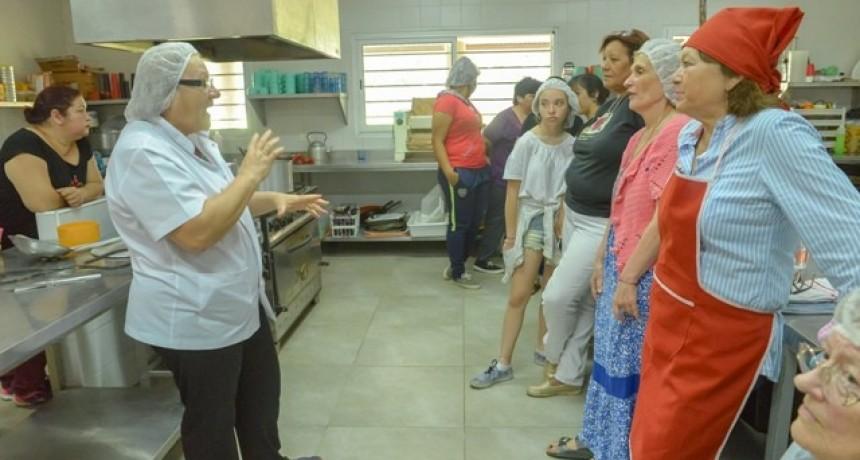 Con gran convocatoria, se realizó un curso de elaboración de conservas y pan dulces