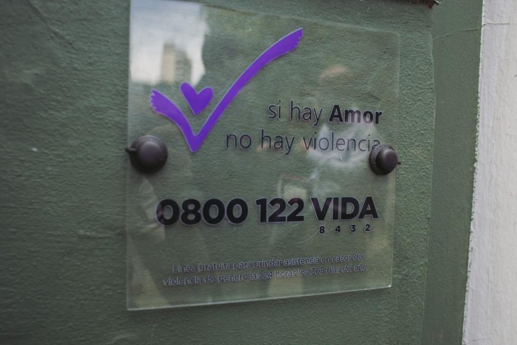 Colocan en edificios públicos placas informativas para asistir a víctimas de violencia de género