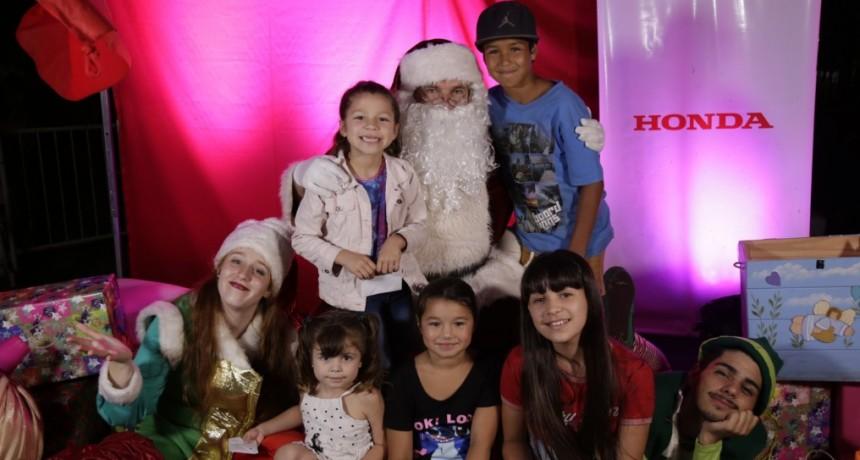 Con la visita de Papá Noel, se encendió el árbol de navidad en la Plaza Eduardo Costa