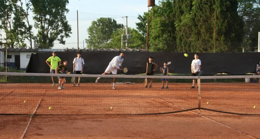 La Escuela Municipal de Tenis continuará sus clases en el verano