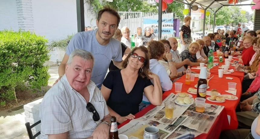 Abella acompañó el 20º aniversario de la Asociación Abuelos de la Plaza España