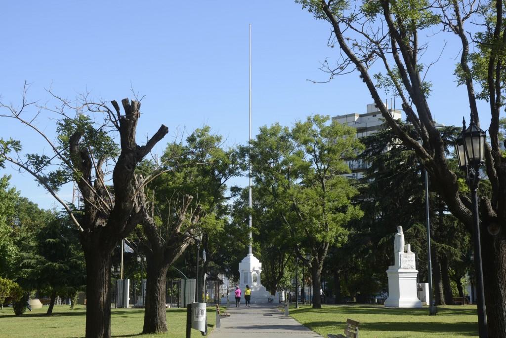 Reparan el mástil de la plaza Eduardo Costa