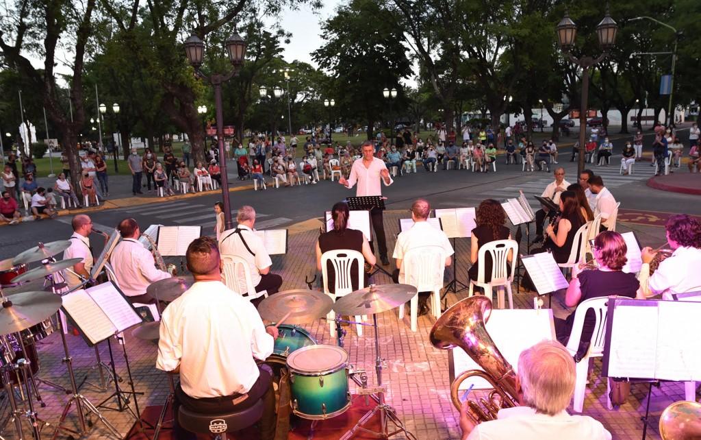 La Banda Municipal brindó un magnífico concierto en la Explanada del Palacio Municipal
